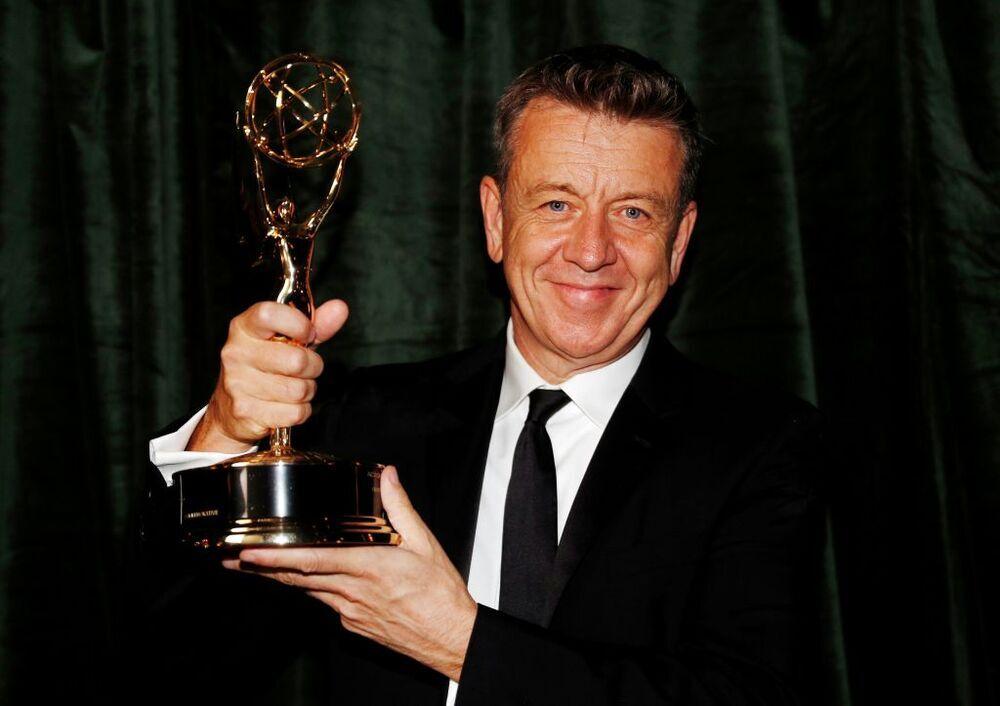 Peter Morgan posa con el premio por el guion a mejor serie de drama.