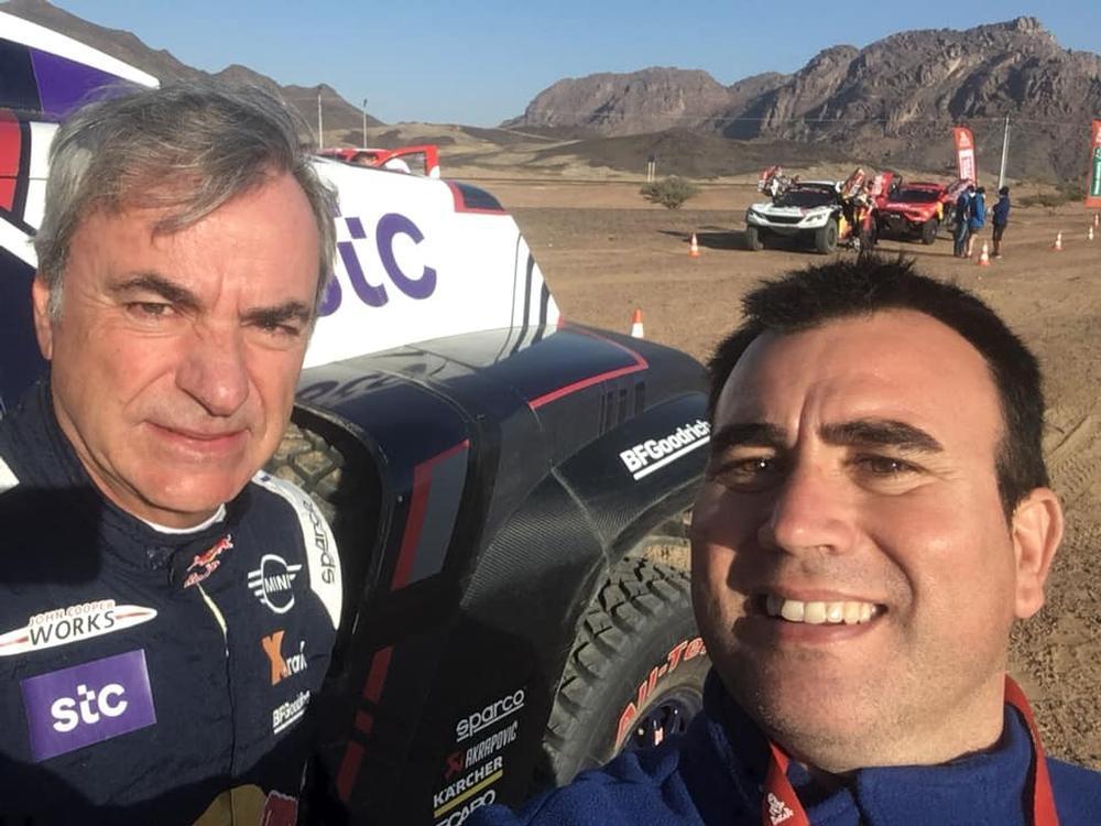 Darío Rodríguez se fotografía con Carlos Sainz.