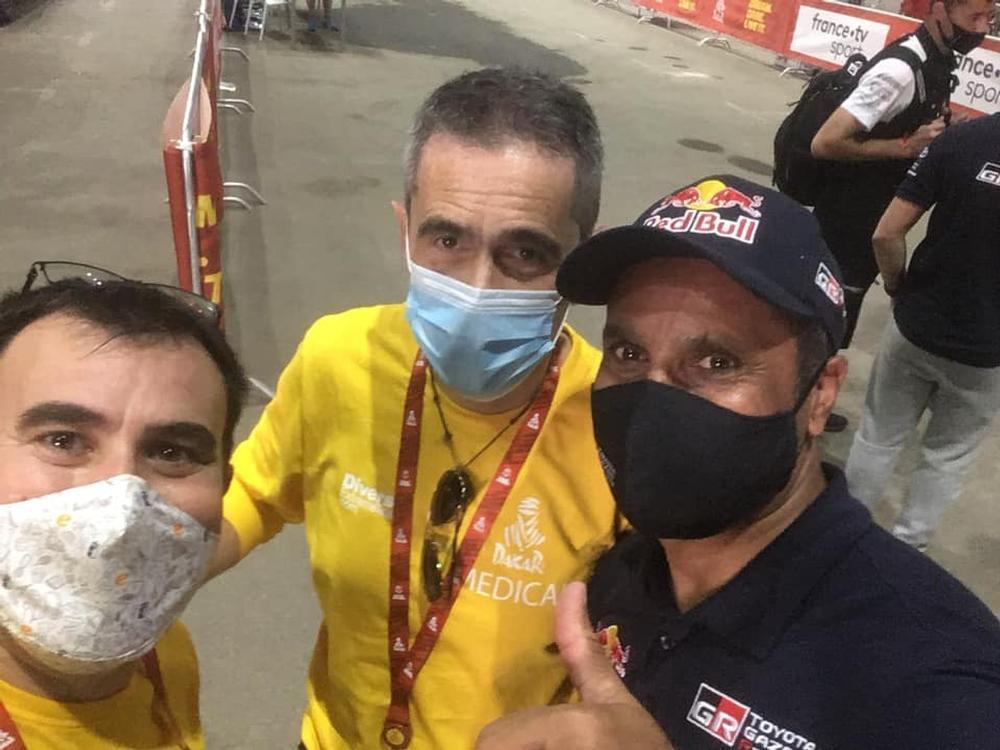 Dario y Ricardo posan junto al piloto catarí Nasser Al-Attiyah.