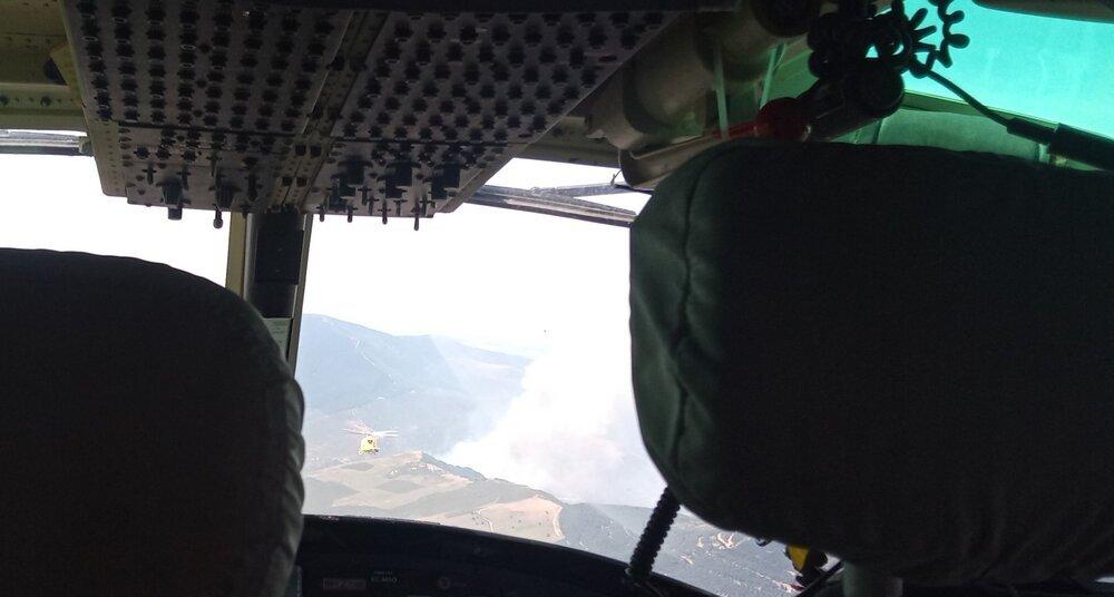 Imagen de uno de los medios aéreos llegando al incendio