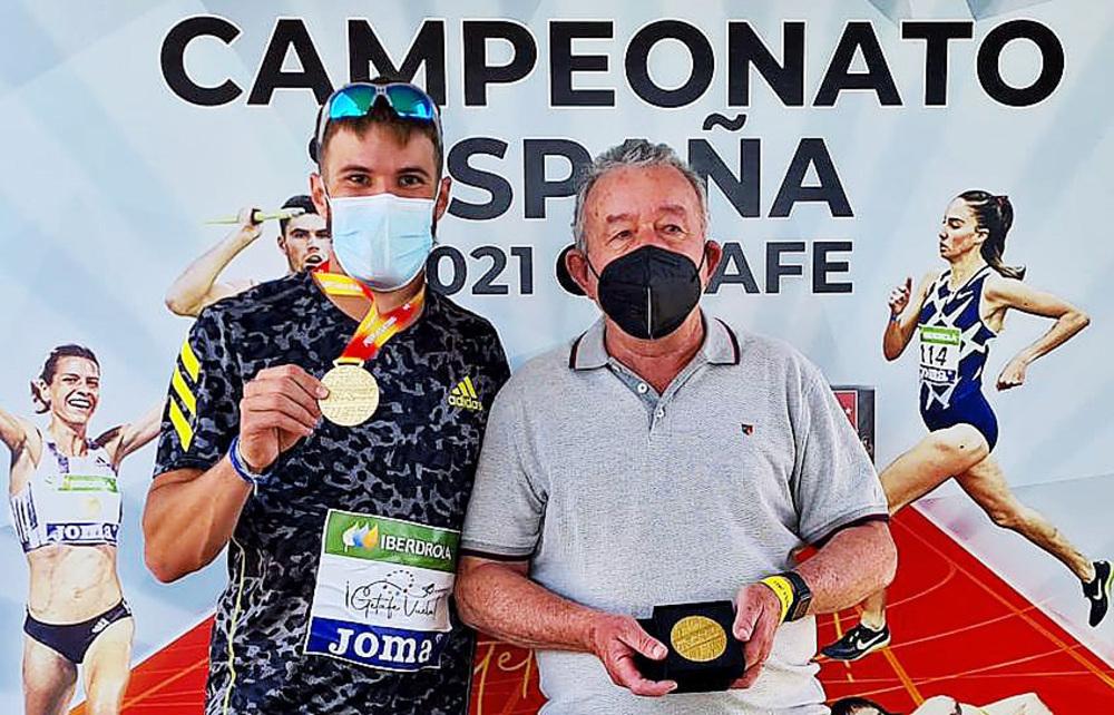 Óscar Husillos y Luis Ángel Caballero, su entrenador, con sus respectivos oros