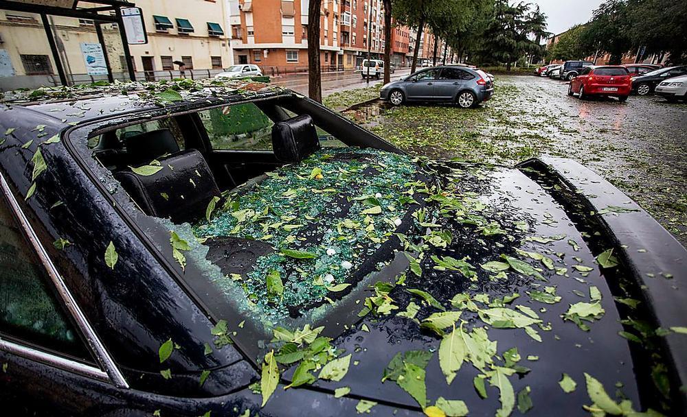 Un vehículo, con importantes daños tras la granizada del 11 de agosto.