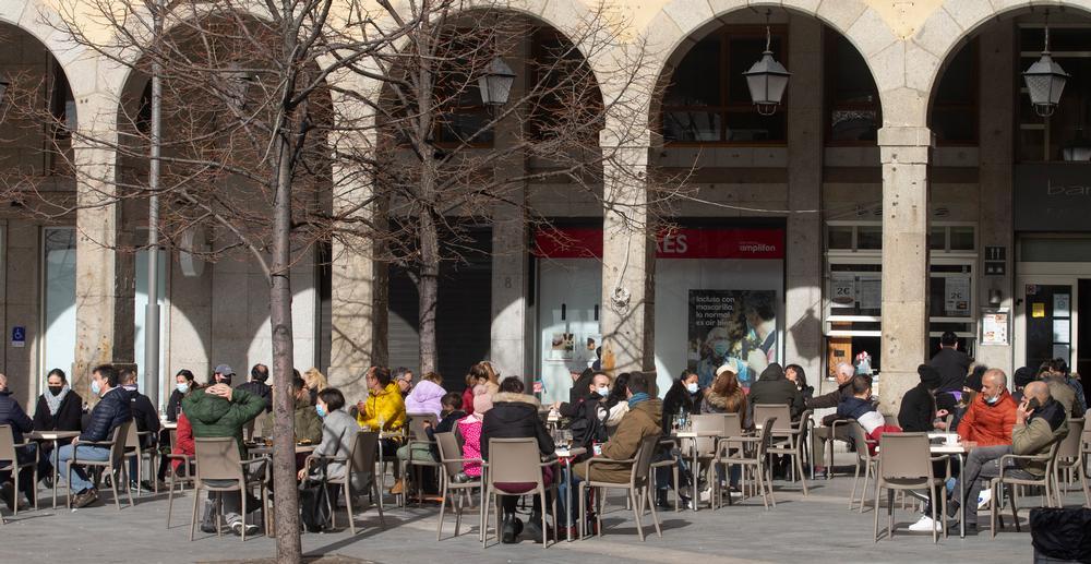 Apenas treinta bares mantienen abiertas las terrazas en Ávila, la mayoría solo por la mañana.