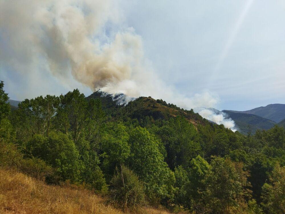 150 personas luchan contra el fuego en el monte de Ezcaray