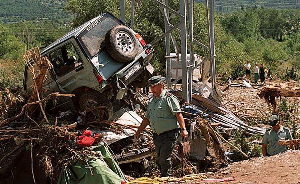 La riada arrastró  caravanas, vehículos y tiendas. Tan solo los servicios y el centro social quedaron en pie.