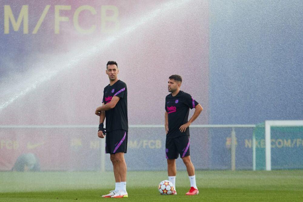 Jordi Alba junto a Sergio Busquets en el entrenamiento del Barça