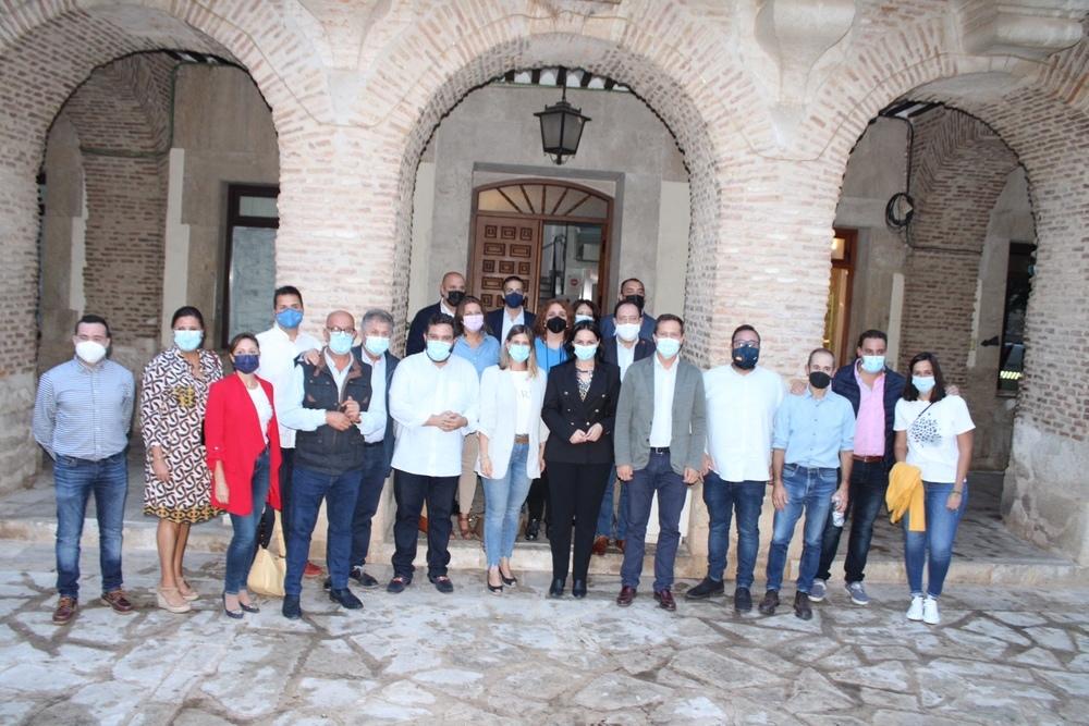 Foto de familia de la nueva alcaldesa con sus concejales y compañeros del partido de Toledo.