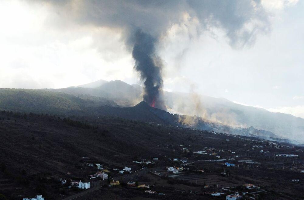 La columna de humo se eleva más de cuatro kilómetros de altura