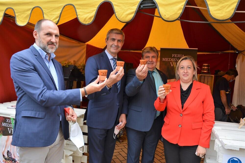 El delegado de la Junta en Talavera, el presidente de la Diputación, el alcalde de Montearagón y la directora general de Alimentación brindan con los vasos de barro que han sustituido a los de plástico.