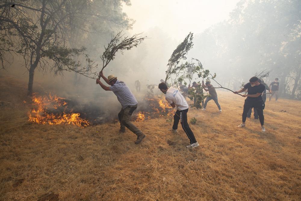 El fuego avanza por la vertiente sur.