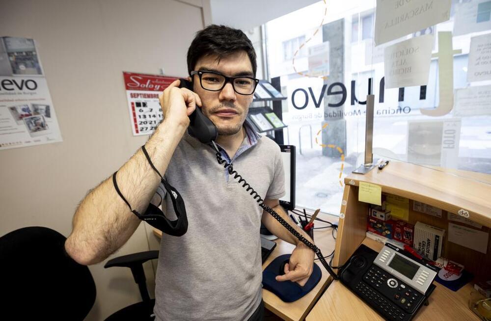Miguel atiende el teléfono en la Oficina de Movilidad y tramita los bonotaxi para discapacitados.