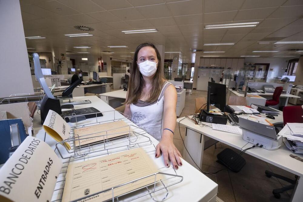 Marina se encarga de repartir la correspondencia o los informes por las dependencias municipales.