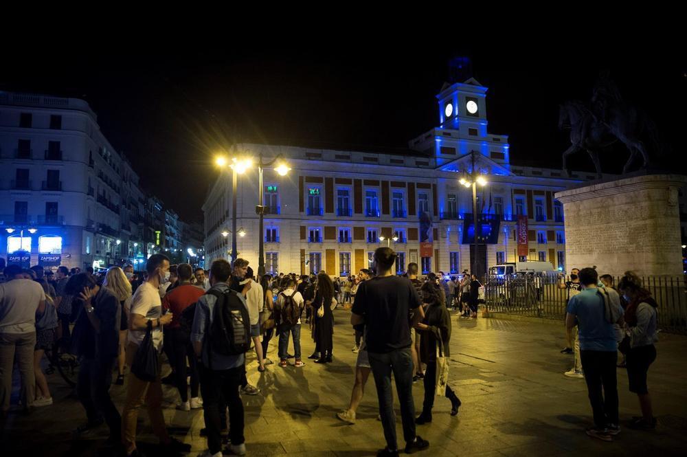 Aglomeraciones en Madrid para celebrar el fin del toque de queda