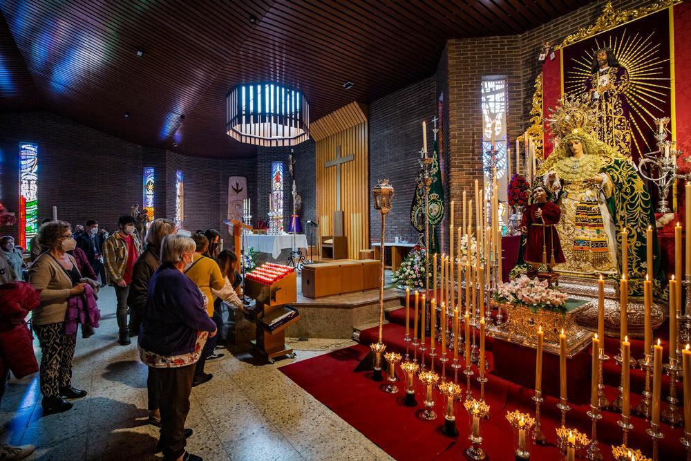 coronavirus, semana santa, pandemia, imagenes de la Esperanza y de Medinacli en la iglesia del barrio del Pilar, montaje del altar de la virgen de la esperanza y el cristo de medinaceli, que a no procesionar han montado un altar  para el culto