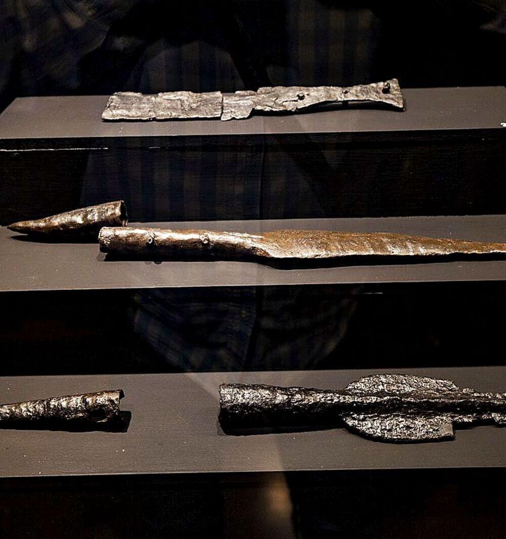Puntas de lanza y flecha y una espada expuestas en el Museo Provincial en la muestra 'La Caza'.