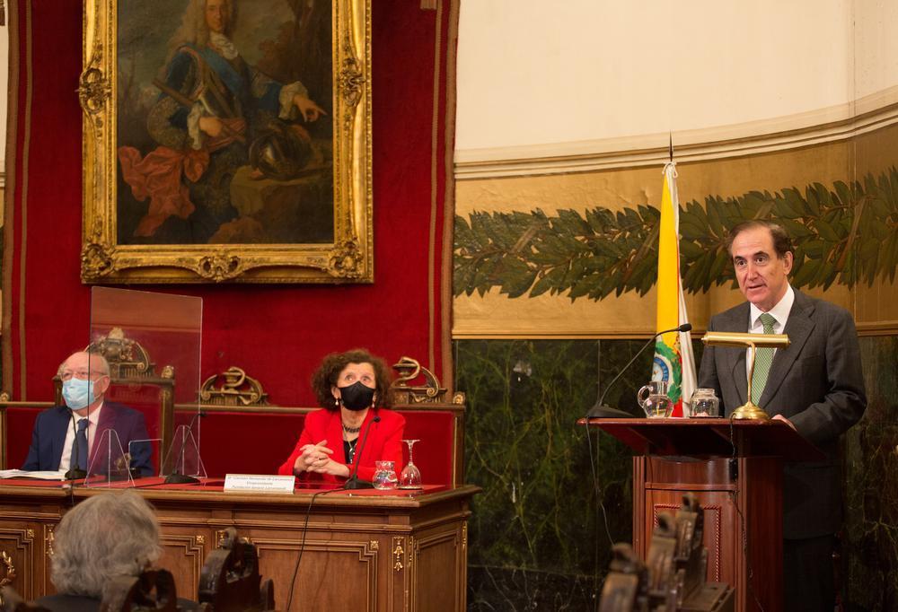 De izquierda a derecha: Eduardo Díaz-Rubio, Carmen H. de Larramendi y Antonio Huertas.