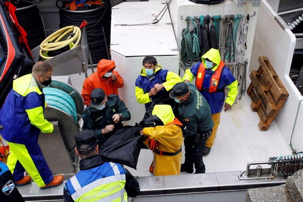 Fallecen dos tripulantes de un pesquero tras volcar el barco