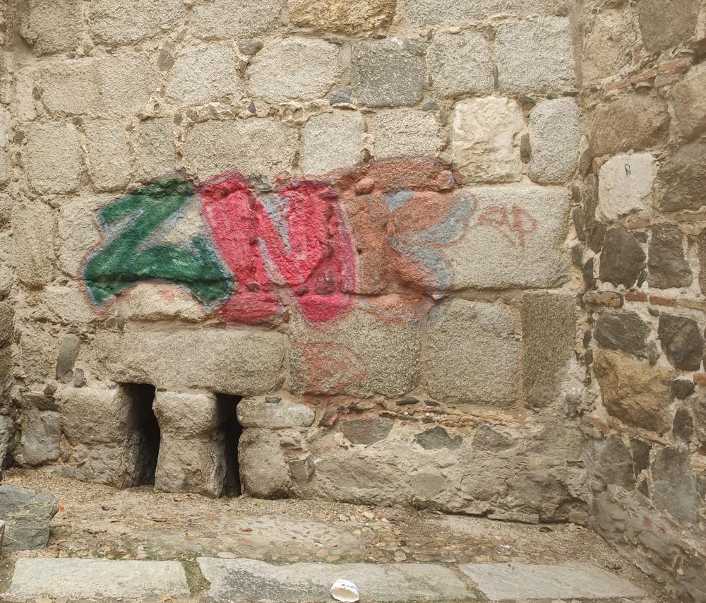 Los grafitis se han realizado en el paño de la muralla cercano a la puerta de Alcántara.