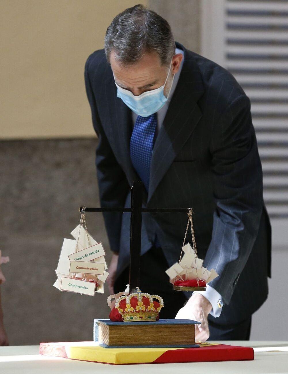 El Rey observa una maqueta con la Constitución y la Corona como garantes de equilibrio en el país.