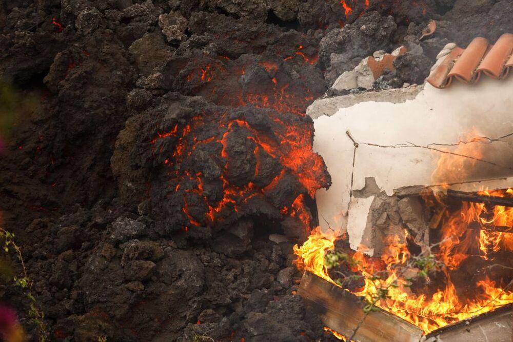 La lava devora todo lo que encuentra a su paso