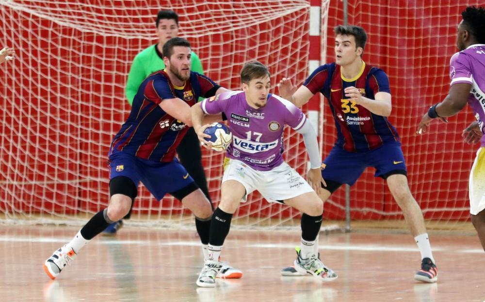 Álex Plaza, entre dos defensores del Barça B.