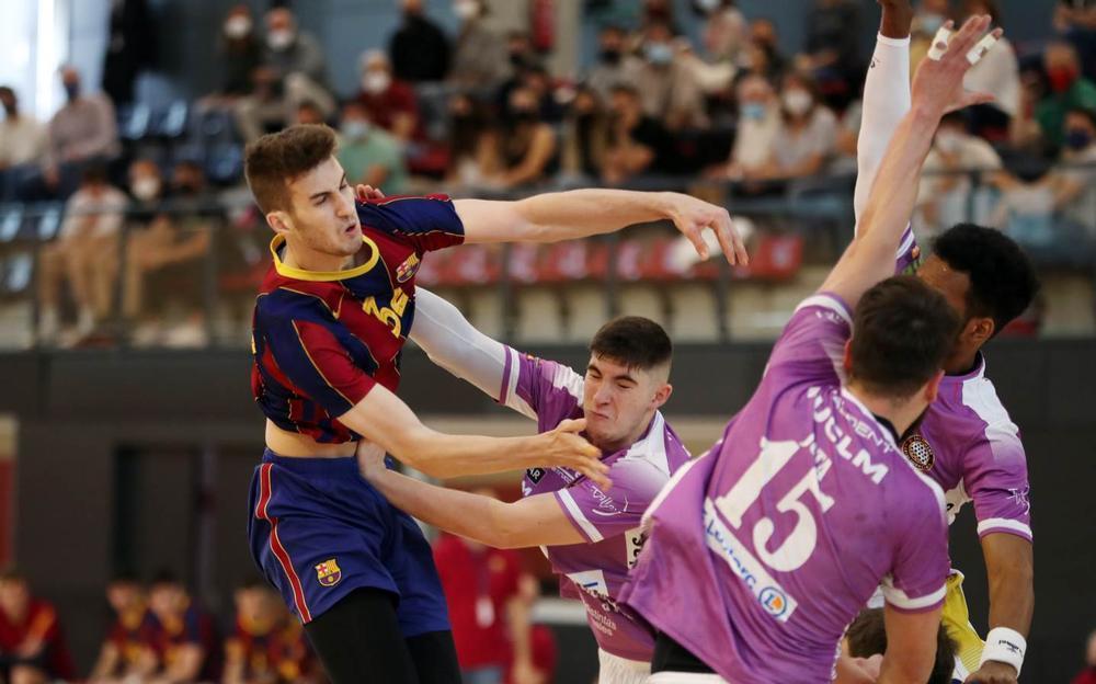 Carlos Ocaña, en una acción defensiva durante el partido.