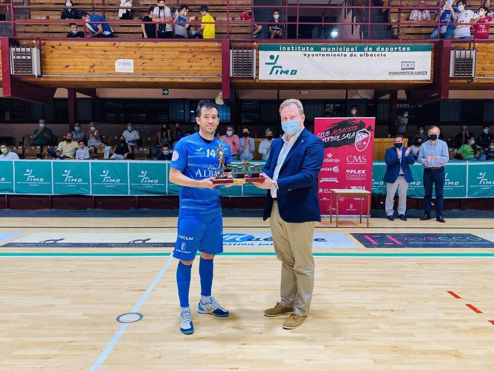 Rafael Rato, capitán del Viña Albali, con el trofeo de campeón.