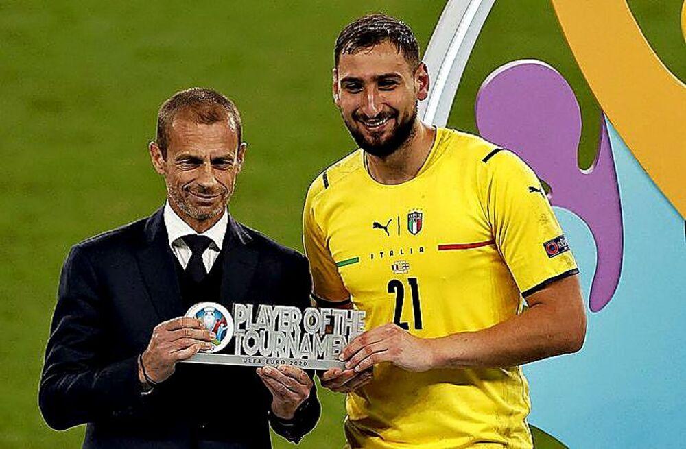Donnarumma recibió de manos de Ceferin el trofeo al mejor jugador de la Eurocopa.