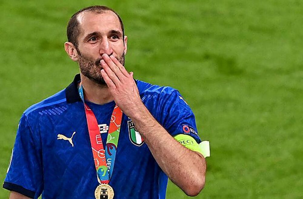 La satisfacción del capitán Chiellini tras recibir la medalla como campeón.