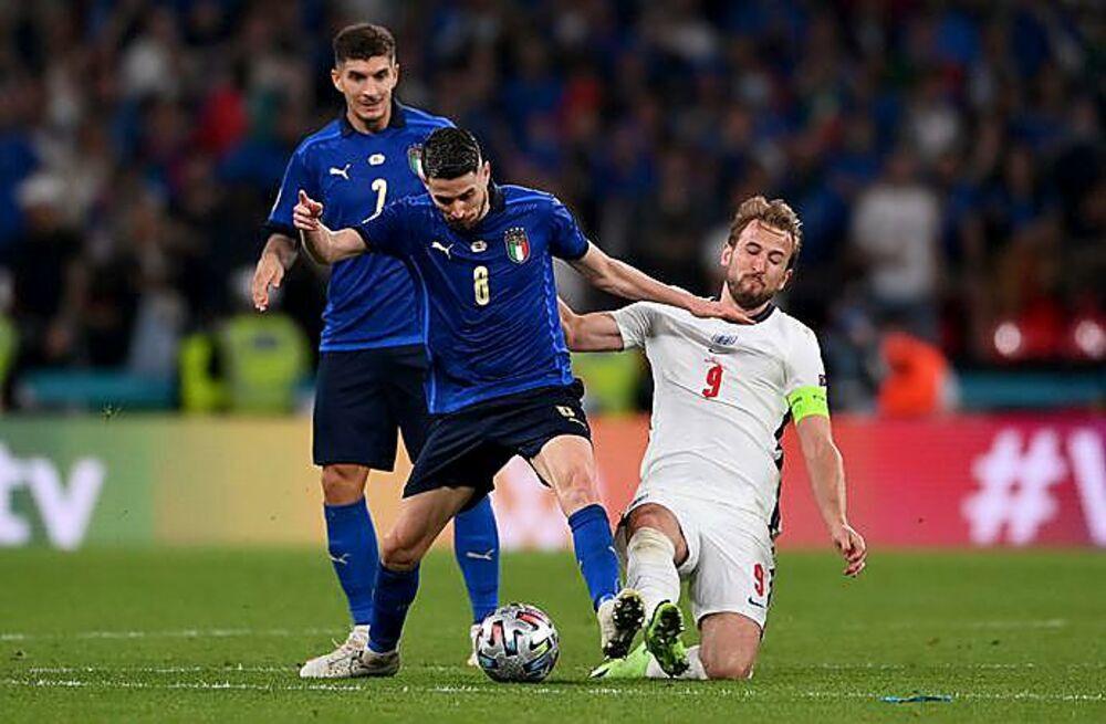 Jorginho se desquita del inglés Harry Kane.