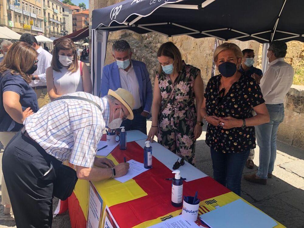 Paloma Sanz, en primer plano, hoy, durante la recogida de firmas en Segovia