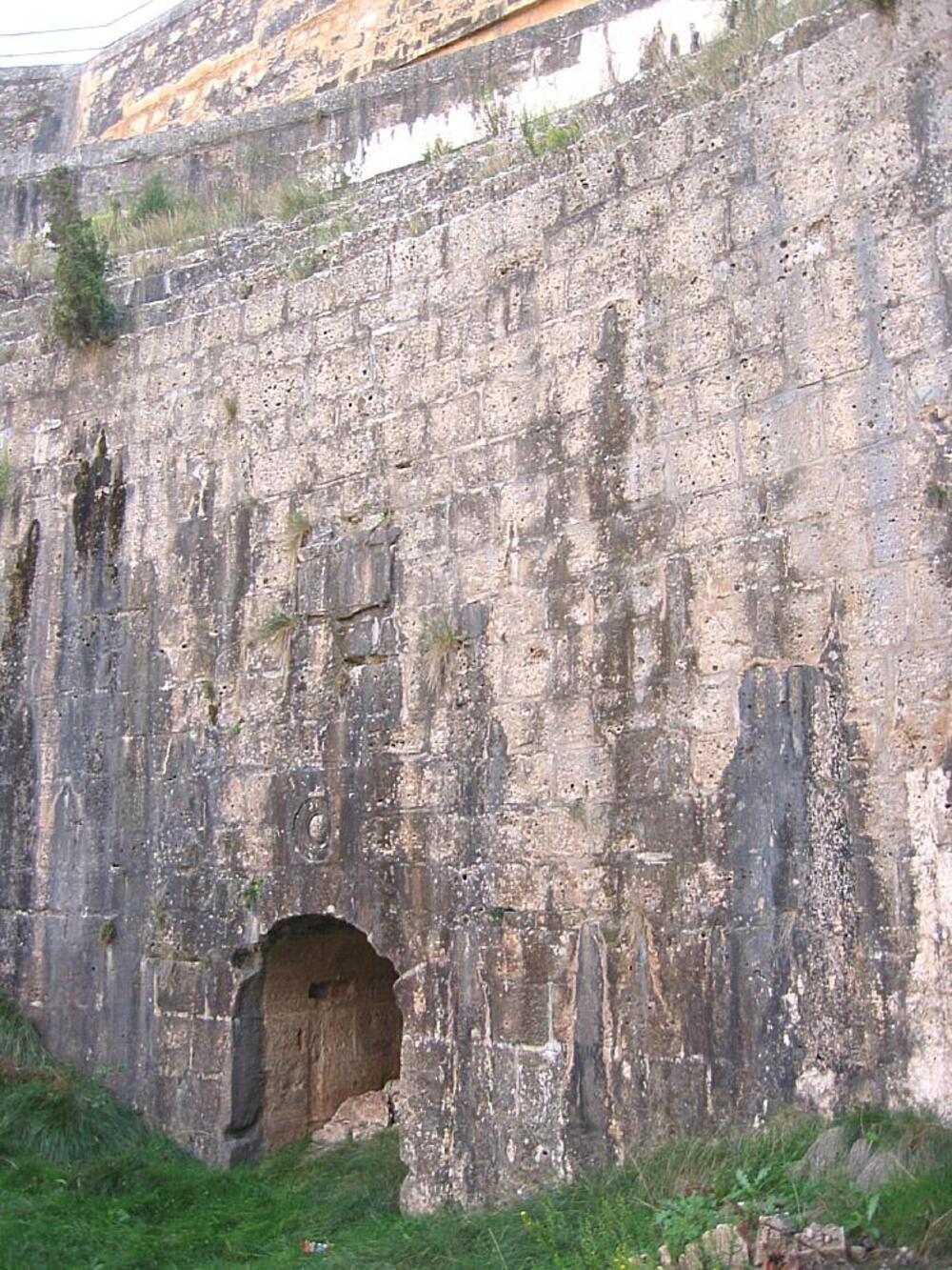 Parece una muralla, pero es la base de la presa de Almansa, del siglo XVI.