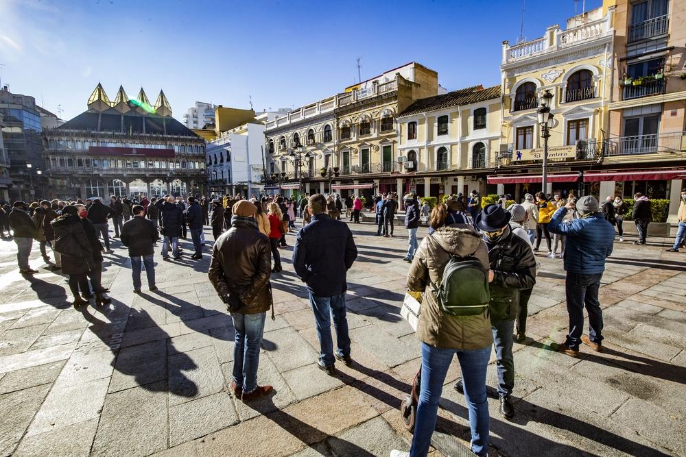 coronavirus, pandemia, manifestación de la hostelerÁa y bares en la Plaza Mayor, policÁa vigilando la concentración de los dueños y trabajadores de los bares