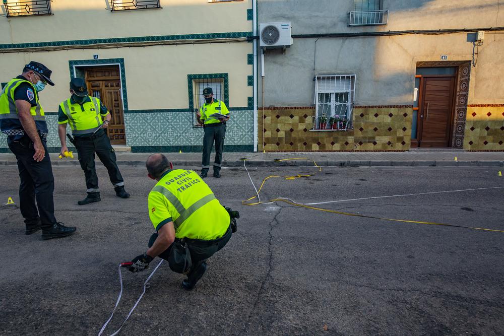 reconstrucción del accidente mortal en Argamasilla de Alba con 3 fallecidos o trés muertos a cargo de la Guardia Civil  de Reconstrucción de accidentes ERAT, con familiares del fallecido Gonzálo en el lugar del acciddnte, accidednte mortal con 3 muert