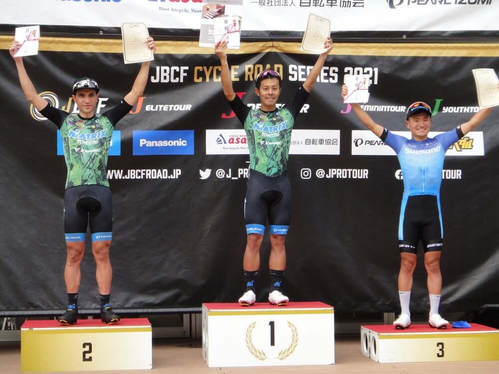 Toribio (a la izquierda), en el podio.