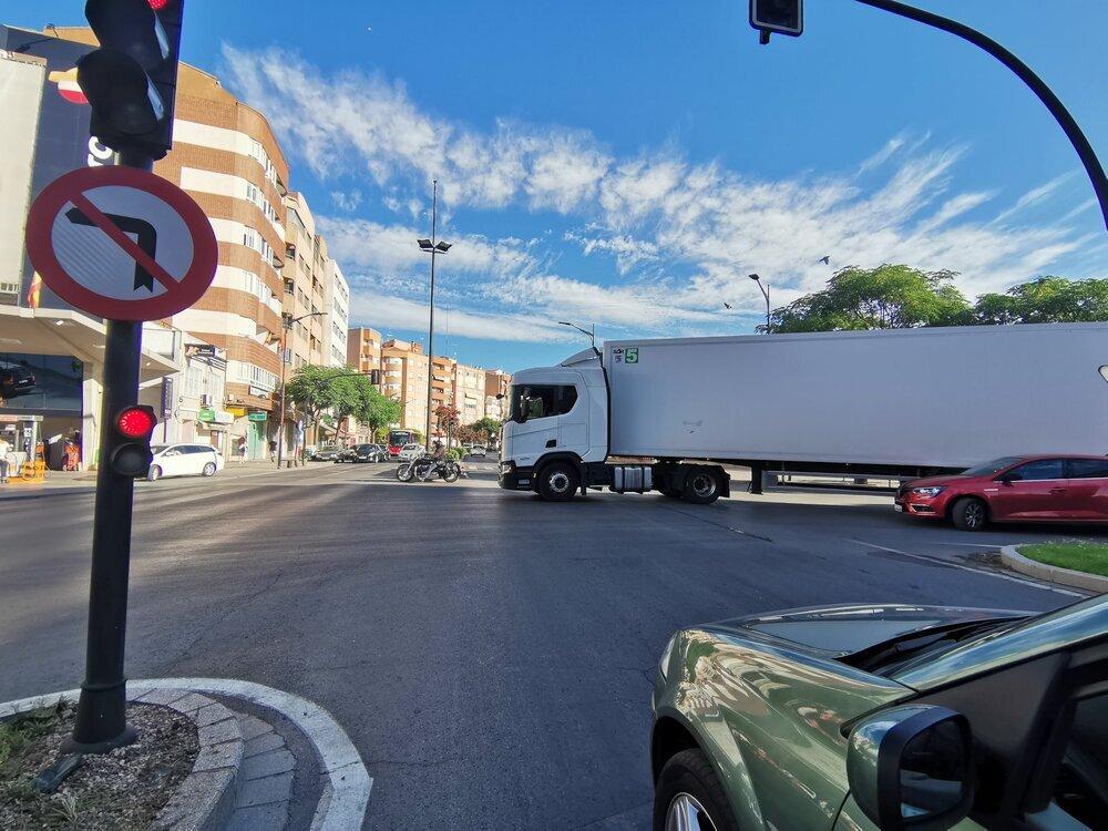 Un camión se queda cruzado en la Circunvalación