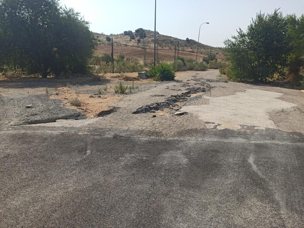 Un socavón en un camino dificulta el acceso a varios garajes