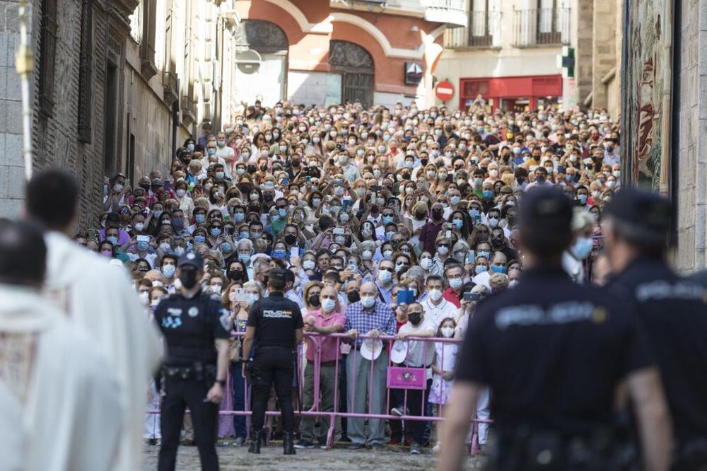 Los toledanos procesionan ante la Custodia
