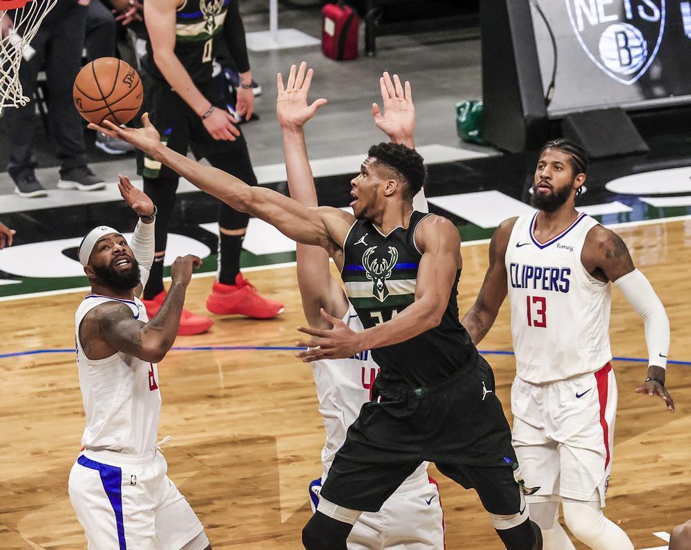 Los Lakers arrasan y Antetokounmpo engulle a los Clippers
