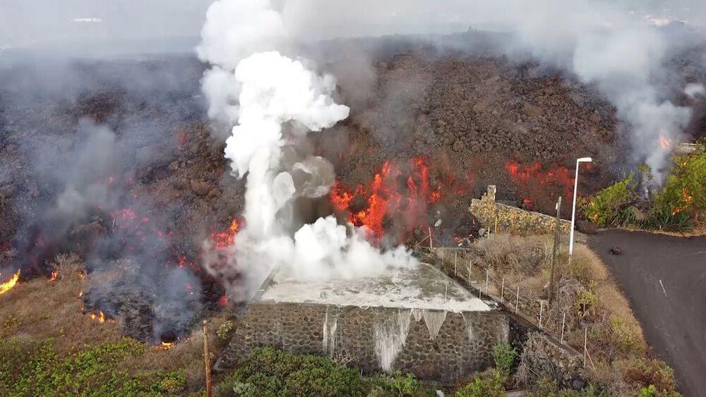 La lava llega a una piscina y hace hervir el agua.