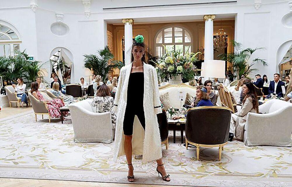 Una modelo luce en el salón del hotel Ritz una de las prendas del modisto gallego.