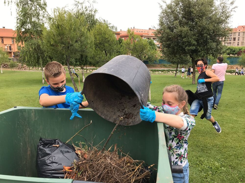 Escolares de Fuenmayor limpian restos de las tormentas
