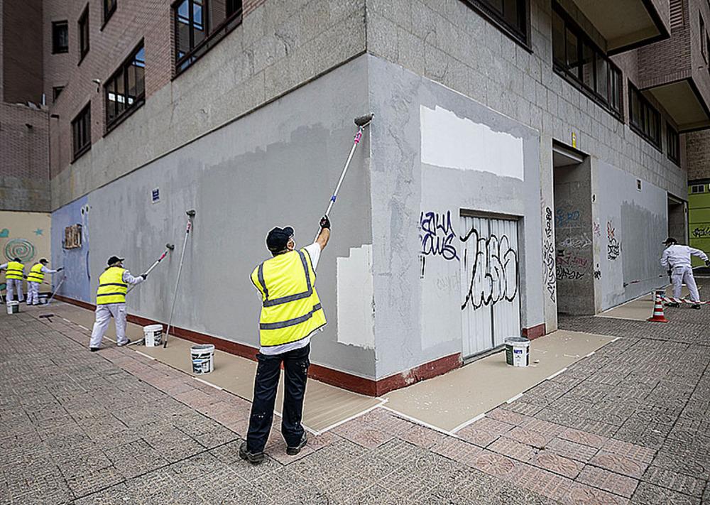 Equipo de limpieza de pinturas vandálicas trabajando en la zona del G-3.