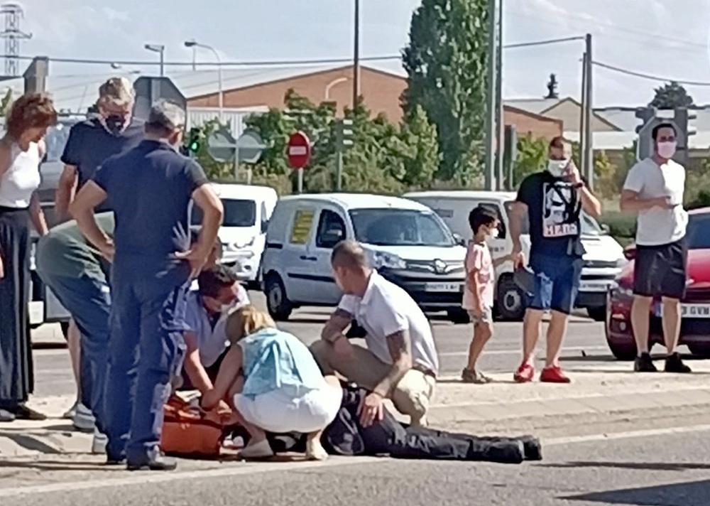 Accidente de tráfico de un agente de la Policía Municipal, cuando se dirigía a la llamada de un suceso en Pajarillos, en el cruce de la VA-20 y el Hospital Río Hortega, al colisionar con un turismo