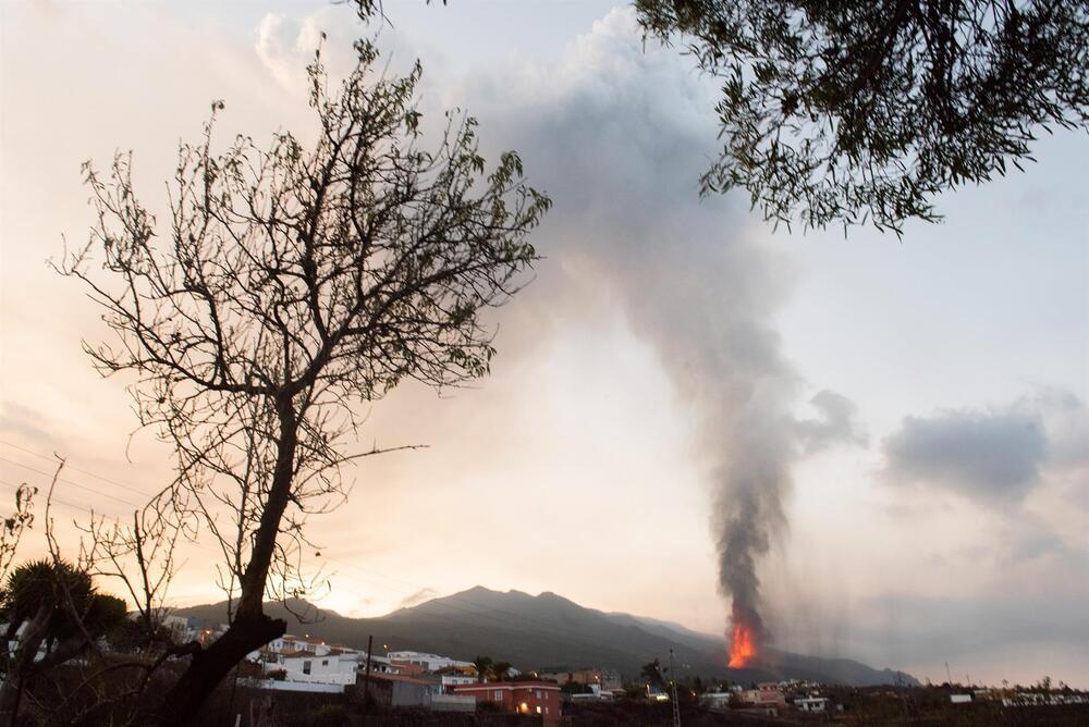 Imagen del volcán de La Palma tomada desde Los Llanos de Aridane.