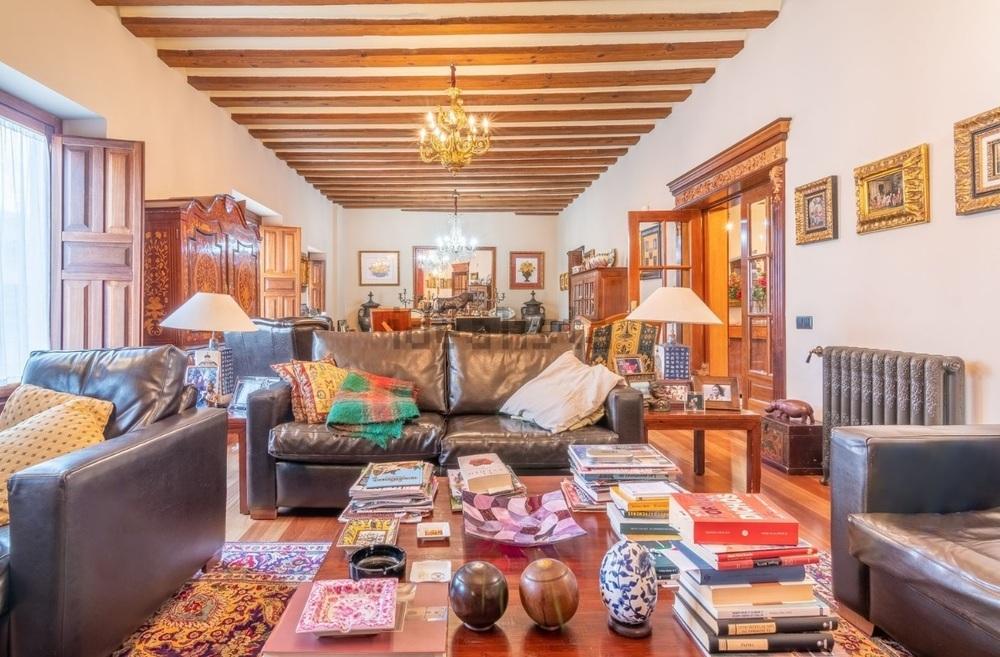 Adosado en la calle Velarde de Segovia a la venta por 1.899.000 euros. Tiene 713 metros cuadrados construidos y siete habitaciones.