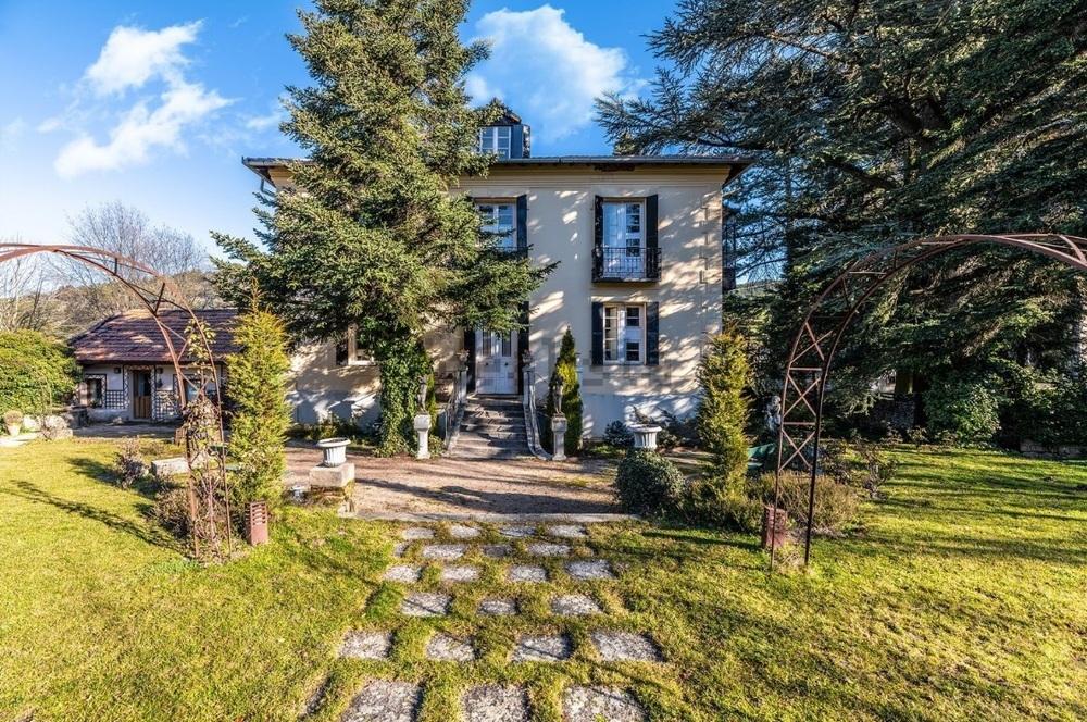 Mansión en San Rafael a la venta por 1.475.000 euros. Tiene 1.035 metros cuadrados construidos y 16 habitaciones repartidas por tres edificaciones.