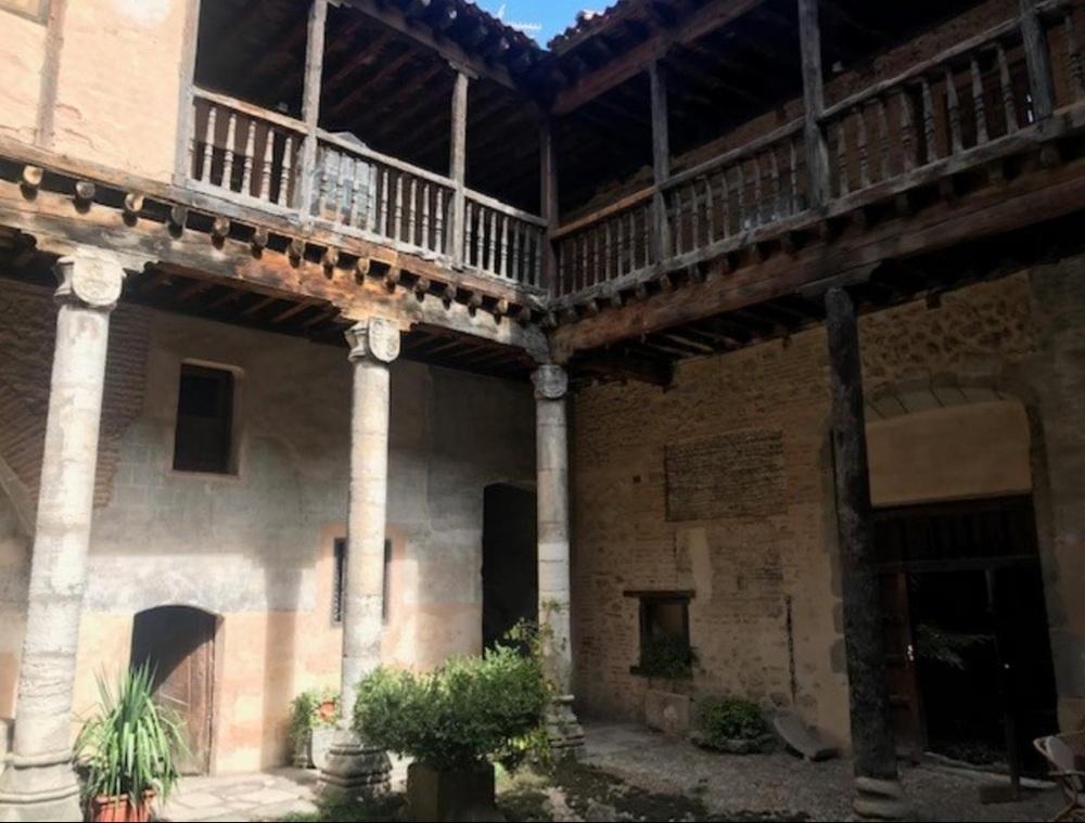 Casa palacio de origen medieval en calle Escuderos de Segovia, a la venta por un euro (más cargas y/o coste de restauración, según se presume, si bien la inmobiliaria que lo gestiona no informó a este medio antes del cierre de la edición. Tiene 1.006