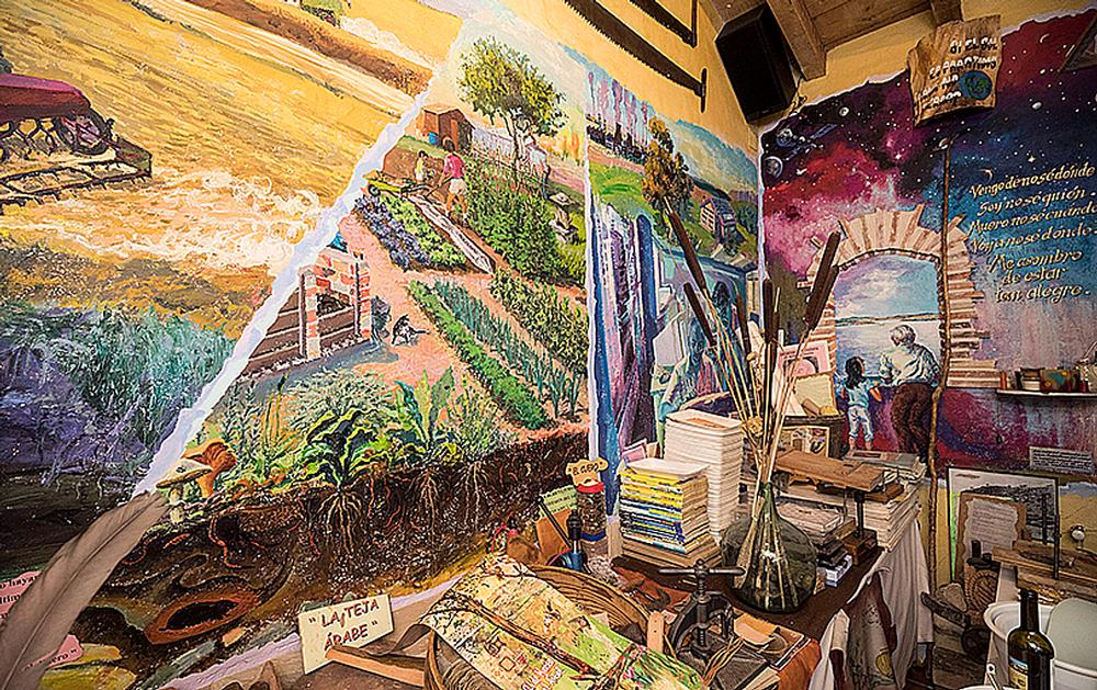Parte del mural pintado por Antonio Basavilbaso en las paredes del museo.