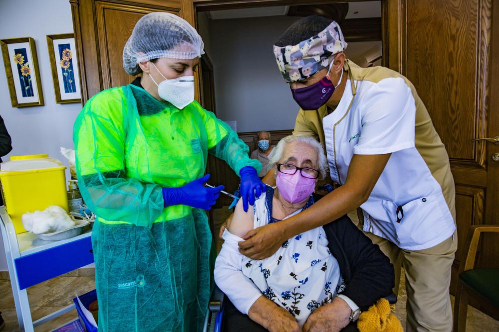 coronavirus, pandemia, vacunación en la residencias de mayores con la 3ª dosis, tercera dosis de la vacuna contra el coronavirus en la residencia de mayores, abuelos vacunándose del coronavirus